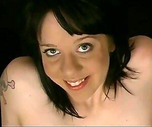 Typerä tyttö näyttää karvainen perse crack ja tyhjä roikkuvat tissit