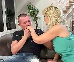 Maman baise avec son jeune amant sur le canapé