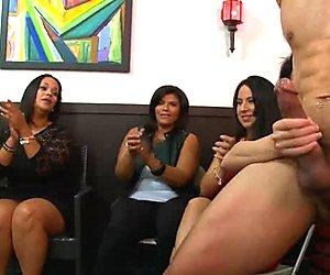 Viettelevä tytöt imevät strippari dudes knobs