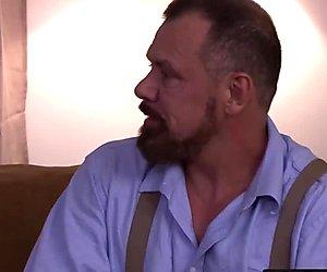 Bärtiger traummann papa schiebt seinen großen penis in twink arsch