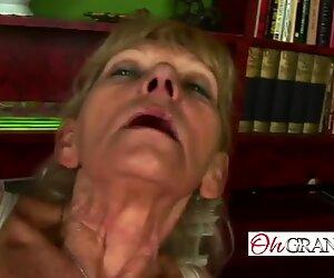 Hoikka mummo hankaus hänen tussu ennen ratsastus a sauva