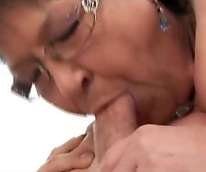 Junger Mann verführt Großmutter
