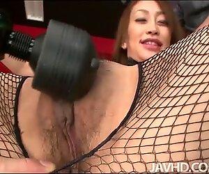 Söpö pupu Yuu Kusunoki kiusoittelu hänen vittu kaverinsa seksikkään vartalonsa kanssa ja päätyi kahden ...
