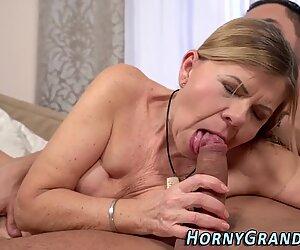 Facialized grand-mère baisée
