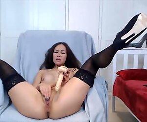 Aasialainen rakastajatar korkokengissä ja sukat panot tussu
