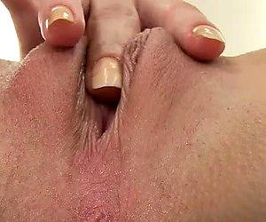 Kåt och öppet sinne tjej har roligt med sin vaginala spekulum