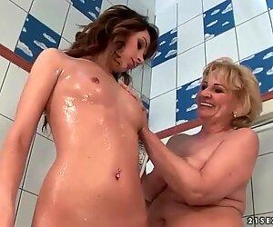 Blondi mummo rakastaa upea teini brunette