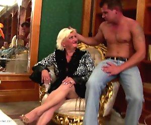 Mummo joukkopano nuorten kanssa bukkake