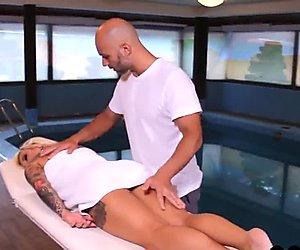 bionda si fa scopare dal proprio massaggiatore. Porno italiano