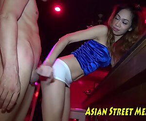 Buttfuck Thai Ultra-Mignon Buggère sur Billard Board