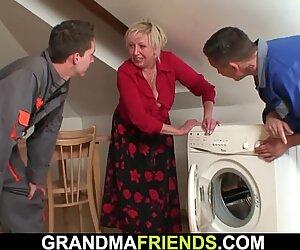 Isot utarit vaalea mummo ratsastaa ja imee samaan aikaan