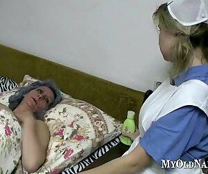 Äiti ja teini pelaavat pillua sängyssä