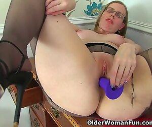 Maigre grannie patron-coureur travaille son plus vieux chat