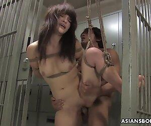 Legato Asiatico Hottie viene scopata con forza dietro le barre