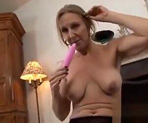 Kypsä nainen nailonien masturbointi