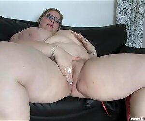 Bbw (belles femmes rondes) gertruda joue avec elle-même
