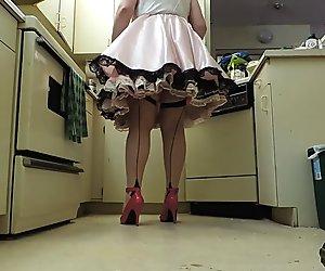 Nynny ray vaaleanpunainen satiini nynny mekko keittiö upskirt näkymä