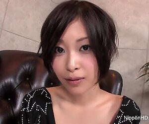 Iso-käsikäs japanilainen teini-ikäinen leikkii rakollaan, kunnes hän ruiskuttaa