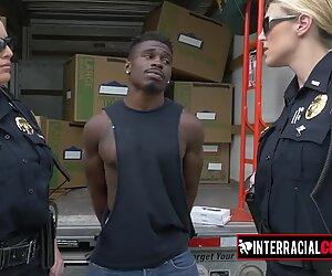 Blondi milf in polic uniformu tykkää rakastaa kovaa kaikin puolin tämän nuoren mustan miehen kanssa.