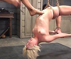 Flexibler blonder sklave bekommt riesigen Penis in der Knechtschaft