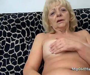 İhtiyar Kadın Klitoris'i lanet bir oyuncakla ovalar