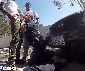 Сјајте полицајце - бели женски полицајац јебени са три ББЦ-а