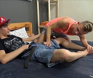 Kaksi seksikäs homo pojat imevät toisiaan varpaat