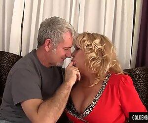 Grand-mère prend une queue charnue et du sperme dans sa bouche