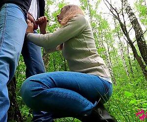 Слатка ученица ради јавно пушење курке у парку - сперма у устима - аматер тинејџери натасвеет