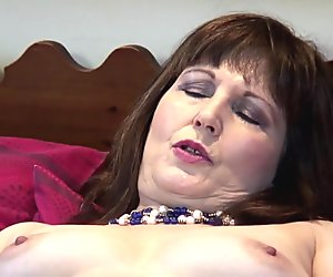 Todellinen kypsä äiti tekee hänen ensimmäinen porno video