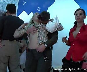 100 personnes en train de baiser dans une boîte de nuit
