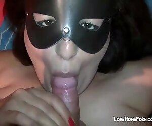 Gros femme mûre salope masquée suce la queue et obtient une énorme éjaculation faciale