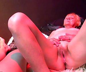Oldnanny mummo opettaa seksikäs teini kanssa sextoy