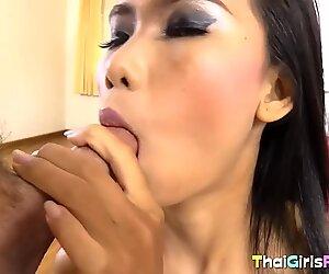 L'ange thaïlandais de Mince obtient son poitroudeur de poilu labouré
