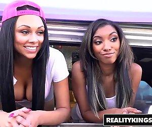 Realitykings - deux femme noire jeunes partage une file d'attente