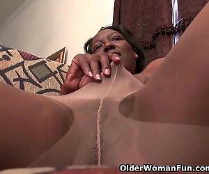 黒人祖母アマンダはパンストを脱いで遊ぶ