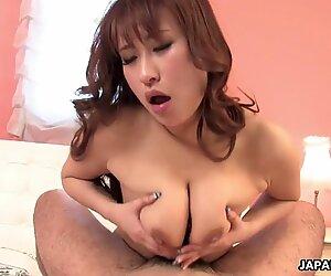 Japanilainen valtava tissikäs narttu tykkää suudella, kun hän vittuile