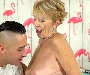 Blondi mummo ei voi vastustaa iso kova kulli