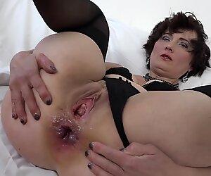 Interrazziale cazzo per nonna che vuole sesso anale e figo ditalino