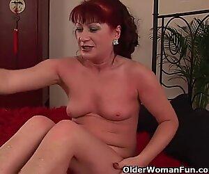 Punainen höyryttävä isoäiti punarintaisilla tissilla ratsastaa kullilla
