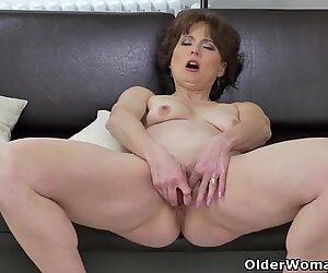 ユーロ美女アリスシャープはディルドで彼女のおまんこを動作させます