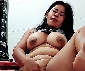 Thaimaalainen milf pissaa ja leikkii tussun kanssa