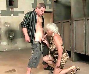 Kuuma povekas mummo saa perseestä julkinen vessa