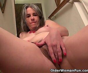 Jenkki milf kelli kuoriutuu ja masturboi portaissa