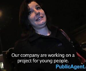Publicagent musta tukkainen amatööri strippailut off for fake advertising job