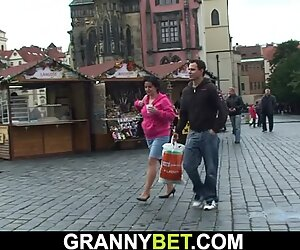 Hän poimii 70 vuoden ikäiset ruskeatukkaiset äidit katusta