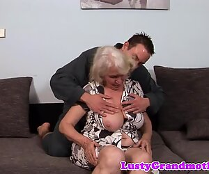 Nuoremman miehen pullukka mummo persepano