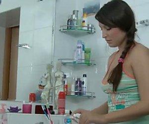 Buxom lusty vaalea tyttö antaa syvän kurkkun juuri kylvyssä