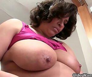 Imetys isoäiti jättiläisillä utareilla rakastaa masturboida