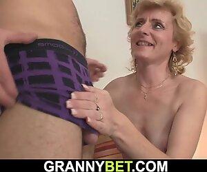 Hän poimii laiha blondi kypsä-naisen